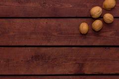 Walnüsse auf alten Weinlesebrettern lizenzfreie stockfotos