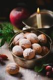 Walnüsse auf einem Weihnachtsrustikalen Hintergrund Lizenzfreies Stockbild