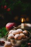 Walnüsse auf einem Weihnachtsrustikalen Hintergrund Lizenzfreie Stockfotografie