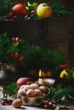 Walnüsse auf einem Weihnachtsrustikalen Hintergrund Stockfotografie