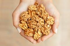 Nüsse in den Händen Stockfoto