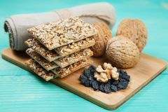 Walnüsse, Rosinen und Kekse mit sortierten Samen über hölzerner Weinlesetabelle Stockfoto