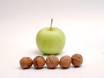 Walnüsse und grüne Äpfel lizenzfreies stockfoto