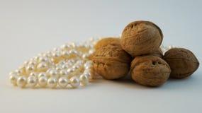 Walnüsse und Perlenperlen Stockfotografie