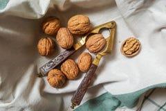 Walnüsse und Weinlesenussknacker mit geschnitztem Holzgriff stockfoto