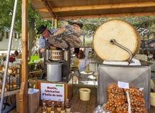 Walnuss-Öl gemahlen mit Sandstein-Mühle an einem markierten in Frankreich Lizenzfreie Stockbilder