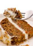 Walnuss-Karotte-Kuchen auf einer Gabel lizenzfreie stockfotos