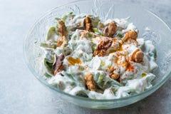 Walnuss-Salat mit Purslane und Jogurt in der Glasschüssel Lizenzfreie Stockbilder