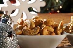 Walnusskern-Acajounüsse und pistachions in einer Schüssel auf dem Brett mit unscharfem christimas Hintergrund Stockbild
