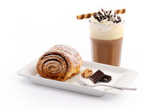 Walnussrollen und gefrorener Kaffee Lizenzfreies Stockbild