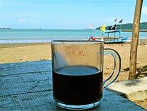 Walpaper se relajó, café de la bebida en playa foto de archivo libre de regalías