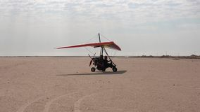 Walris, Ναμίμπια/στις 16 Ιουλίου 2018 - ένα υπερβολικά ελαφρύ αεροπλάνο βλέπει μετακιμένος με ταξί πέρα από την έρημο απόθεμα βίντεο