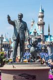Walt Disney και άγαλμα του Mickey Mouse σε Disneyland Στοκ φωτογραφία με δικαίωμα ελεύθερης χρήσης