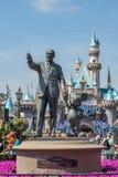 Walt Disney και άγαλμα του Mickey Mouse σε Disneyland Στοκ Εικόνες