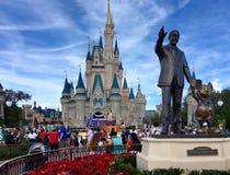 Walt Disney που κρατά τα χέρια με το ποντίκι εμπαιγμών Στοκ Φωτογραφίες