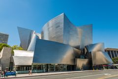 Walt Disney Concert Hall contre le ciel bleu clair photo stock