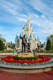 Walt Disney en het standbeeld van Mickey Mouse. Stock Afbeelding