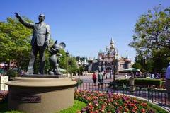 Walt Disney et Mickey Mouse Greet Visitors à garer Photos stock