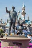 Walt Disney i Mickey Mouse statua przy Disneyland zdjęcia royalty free