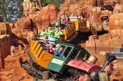 Walt Disney linii kolejowej Światowa przejażdżka w Magicznym królestwa Theeme rodziny parku Obrazy Royalty Free