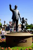 Walt Disney och Mickey Mouse Statue Anaheim Disneyland royaltyfri fotografi