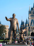 Walt Disney-standbeeld voor het disneyland kasteel, Tokyo, Japa Stock Fotografie