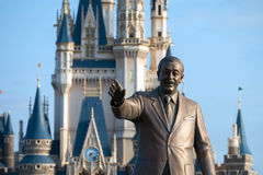 Walt Disney-standbeeld voor het disneyland kasteel, Tokyo, Japa Stock Foto's