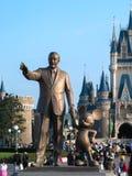 Walt Disney staty i framdelen av den disneyland slotten, Tokyo, Japa arkivbild