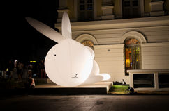 Walter il coniglietto visualizzato durante le notti 2015 del fiume di Singapore Immagine Stock