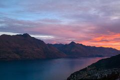 Walter Peak und Cecil Peak über See Wakatipu in Queenstown stockfoto