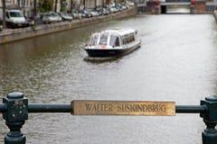 Walter Suskind Bridge bro över Nieuwen Herengracht, nära den Amstel floden Royaltyfria Bilder