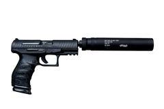 Walther beväpnar ppq m2 9mm med ljuddämparen som isoleras över vit Royaltyfria Bilder