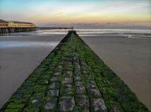 Walton sur le coucher du soleil de brise-lames de pilier de naze photo stock