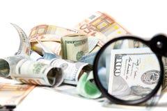 Waluta pod powiększać - szkło Zdjęcie Royalty Free