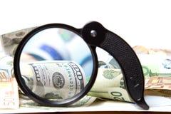 Waluta pod powiększać - szkło Obraz Stock