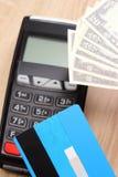 Waluty dolarowe z kredytowej karty i zapłaty terminal w tle, finansowy pojęcie Fotografia Stock