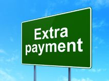 Waluty pojęcie: Ekstra zapłata na drogowego znaka tle Obrazy Royalty Free