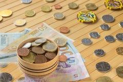 Waluty różni kraje na jasnobrązowym tle Obraz Royalty Free