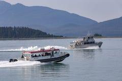 Walvis het letten op boot op Juneau, Alaska stock fotografie