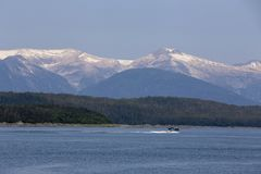 Walvis het letten op boot op Juneau, Alaska stock afbeeldingen