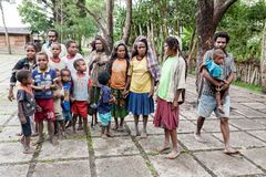 Wamena, Indonésie - 9 janvier 2010 : Les gens de la tribu de Dani dans une position habituelle de robe en Dugum Dani Village Vall photos libres de droits