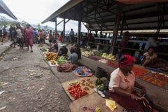 Wamena, Indonésie - 9 janvier 2010 : Les gens sont au marché local de Wamena en vallée de Baliem, Papouasie-Nouvelle-Guinée image libre de droits