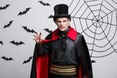 Wampira Halloweenowy pojęcie - portret Gniewny caucasian wampira krzyczeć zdjęcie royalty free