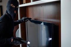 Włamywacz jest ubranym balaclava trzyma latarkę Fotografia Royalty Free