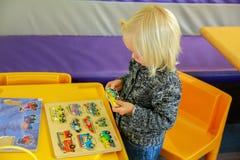 Wanaka, Nueva Zelanda - Febr 5, 2015: niña que juega en el café del mundo de desconcierto Imágenes de archivo libres de regalías
