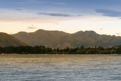 Wanakameer met berg achtergrondzonsondergangtoon Stock Foto