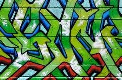 Wand abgedeckt in den bunten Graffiti lizenzfreie stockbilder