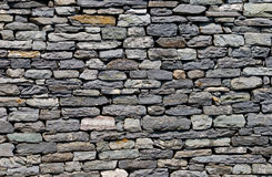 Wand aufgebaut vom natürlichen Stein. Lizenzfreies Stockbild