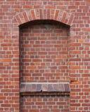 Wand aus roten Ziegelsteinen heraus Stockfotografie
