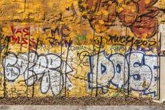 Wand bedeckt mit Graffiti Stockfotos